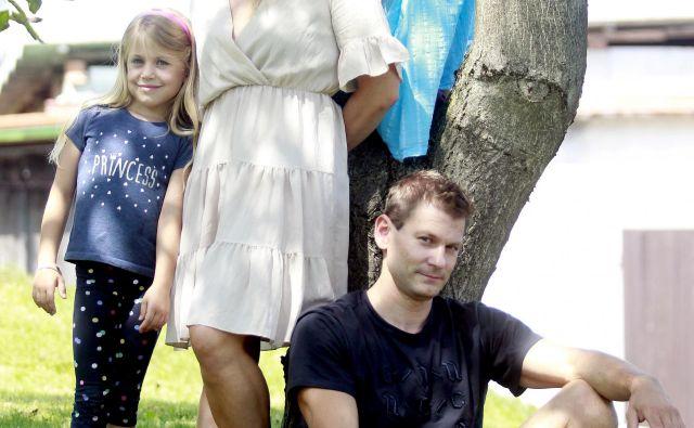 Mitja Petkovšek in Mojca Rode sta s hčerkama Gajo in Asjo zelo rada doma. FOTO: Roman Šipić
