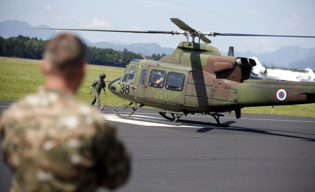 Minister Erjavec spet v šopingu, po oklepnikih še novi helikopterji
