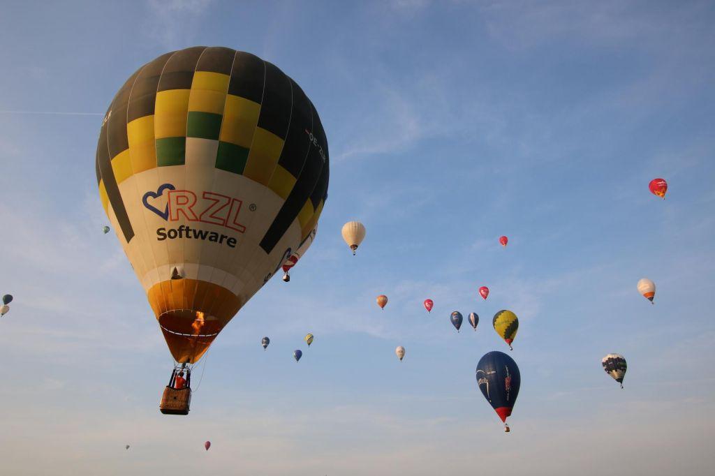 FOTO:Baloni so prekrili nebo nad Prekmurjem