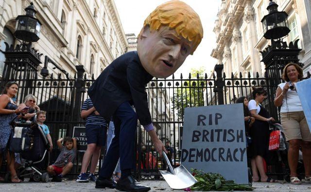 Že več kot milijon ljudi je podpisalo peticijo proti odločitvi o razpustitvi parlamenta. Foto: Daniel Leal-olivas/Afp