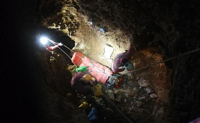 Reševanje iz jame je trajalo več ur. FOTO: Jamarska reševalna služba