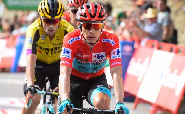Primož Roglič (v ozadju) se bo tudi danes poskušal držati kolesa Miguela Angela Lopeza. FOTO: AFP