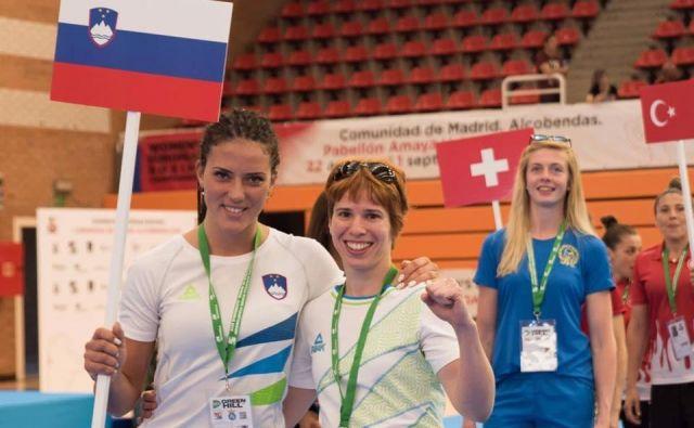 Na evropskem prvenstvu v Madridu sta pod slovensko zastavo boksali Katja Gajić (levo) in Vida Rudolf. FOTO: BZS