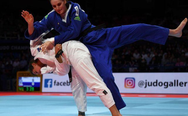 Klara Apotekar (v modrem kimonu) je morala v dvoboju za bronasto kolajno na svetovnem prvenstvu v Tokiu priznati premoč Loriani Kuka iz Kosova. FOTO: AFP