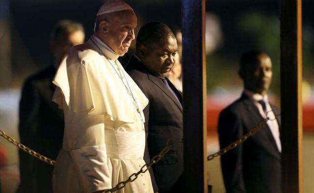 Papeža je po prihodu na letališče v Maputu sprejel mozambiški predsednik Filipe Nyusi. Foto Reuters