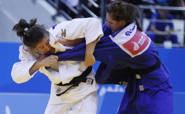 Klara Apotekar (desno) se bo na svetovnem prvenstvu v Tokiu borila za bronasto kolajno. FOTO: Reuters