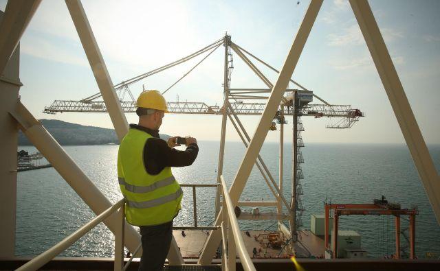 V Luko Koper je leta 2017 priplul nov kontejnerski žerjav, domnevno največji v regiji. Čez leto dni je pristanišče postalo zgolj linijski vir hrup. Foto Jure Eržen