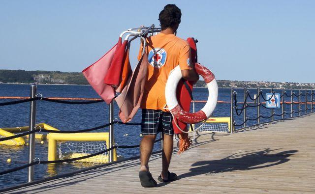 Na morju ljudje pogosto ne spoštujejo z bojami označenih plavalnih območij ter plavajo predaleč in sami. FOTO: Matej Družnik/Delo