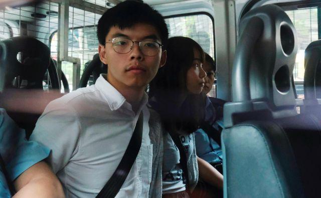 Območne oblasti so aretirale pet aktivistov in vodij protestniškega gibanja. Na fotografiji Joshua Wong in Agnes Chow. FOTO: Reuters