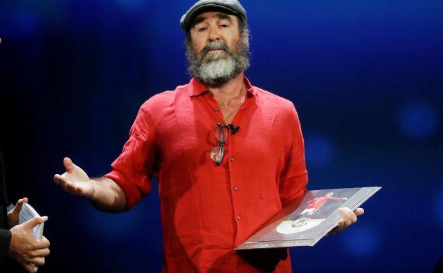 Z obilno brado jeEric Cantona v rdeči flanelasti srajci in z značilno baretko ter s citiranjem Williama Shakespeara na odru izstopal tako, kot je izstopal na nogometnem igrišču.Foto: Eric Gaillard/Reuters