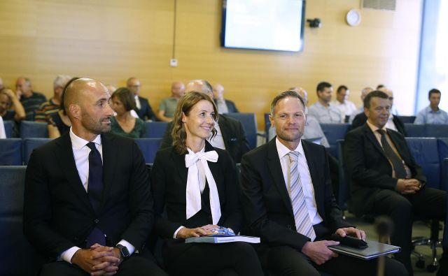 Prisotni člani uprave Telekoma Slovenije (z leve) Ranko Jelača, Vida Žurga in Tomaž Seljak. Stoli za nove in stare člane nadzornega sveta so ostali prazni. Foto Blaž Samec