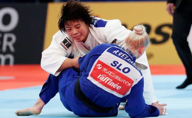 Ana Velenšek (v modrem kimonu) je nastope na svetovnem prvenstvu v Tokiu sklenila v osmini finala. Po hudem boju je v podaljšku na zlato točko izgubila z Japonko Akiro Sone, ki se je pozneje ovenčala z naslovom svetovne prvakinje. FOTO: Reuters