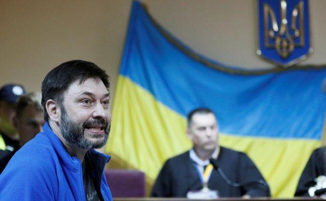 Ruski novinar Kiril Višinski (levo) je odločno zavrnil, da bi ga izmenjali, saj hoče na ukrajinskem sodišču dokazati, da je nedolžen, »politični« proces proti njemu pa »zmontiran«. Foto: Reuters