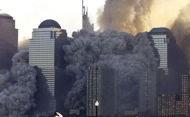 V napadih 11. septembra 2001 so teroristi ugrabili štiri letala ter se z njimi zaleteli v stolpnici Svetovnega trgovinskega centra v New Yorku ter v Pentagon v Washingtonu. FOTO: Ray Stubblebine/Reuters