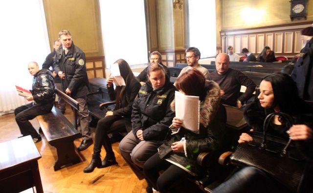 Na začetku je na zatožni klopi sedelo pet obtoženih. FOTO: Igor Mali