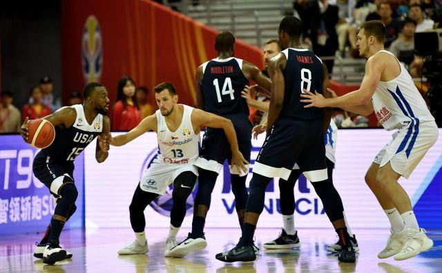Ameriški košarkarji (z žogo Kemba Walker) so proti Češki prišli do prve zmage na Kitajskem. FOTO: AFP