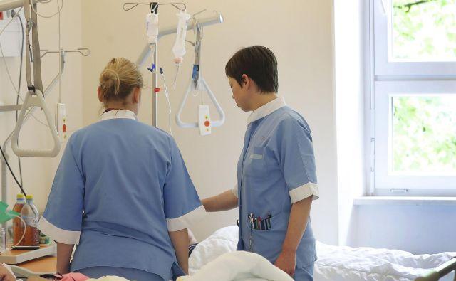V nekaterih bolnišnicah odlašajo s spremembo sistemizacije v zdravstveni negi, saj ne vedo, kako bodo lahko organizirali delo.