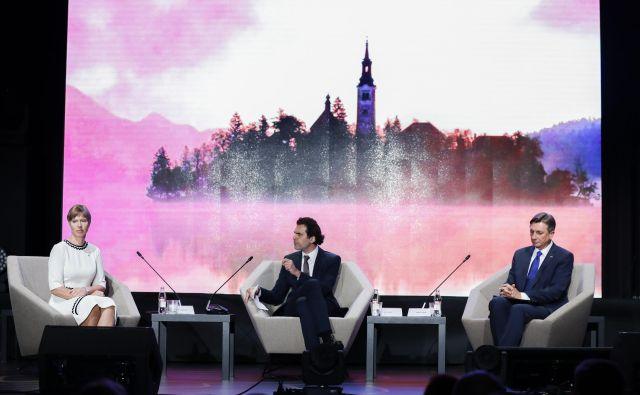 Kersti Kaljulaid, predsednica Estonije, Ali Aslan, voditelj in novinar, in Borut Pahor, predsednik Republike Slovenije na Strateškem forumu na Bledu. FOTO: Uroš Hočevar/Delo