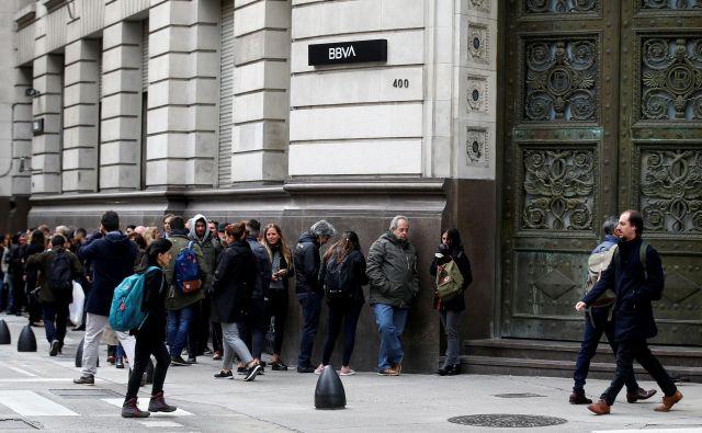 Vrste pred bankami v Argentini. Foto Reuters