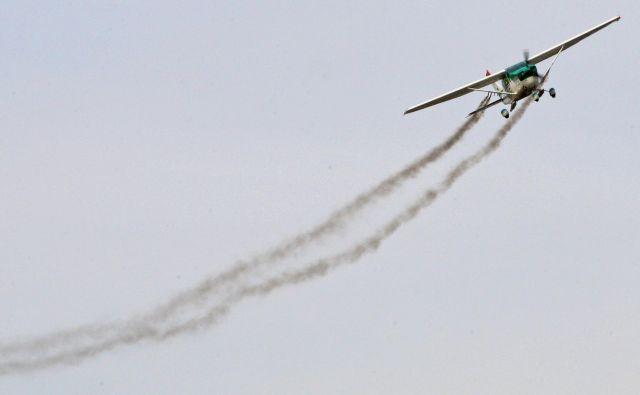 Pilot pripravnik Max Sylvester je v soboto po uri letenja z veliko mero zaskrbljenosti v glasu kontroli sporočil, da se je njegov inštruktor med učno uro onesvestil. Fotografija je simbolična. FOTO:Tadej Regent/Delo