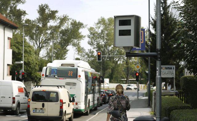 Na Samovi ulici je super radar zabeležil že okoli 1800 prehitrih voznikov. Eden od njih je vozil celo 120 kilometrov na uro, omejitev pa je 60 kilometrov na uro. Foto Leon Vidic