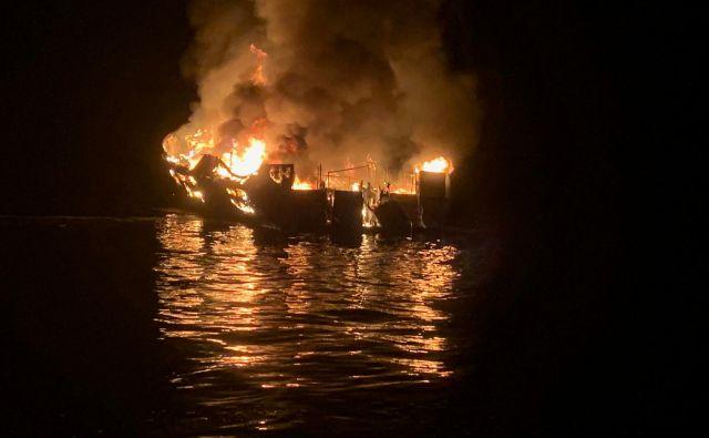 Vzrok požara, ki je na komercialni ladji, namenjeni izletniškim potapljačem, izbruhnil ob ameriškem prazniku dela, ostaja neznan. Na krovu je bilo 39 ljudi. FOTO: Reuters
