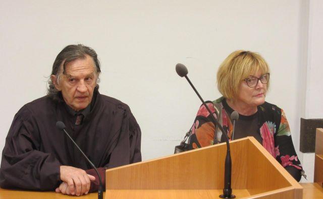 Hilda Tovšak z zagovornikom Dušanom Tankom danes na Okrožnem sodišču v Celju. Krivdo je priznala, ima še nekaj odprtih zadev. FOTO: Špela Kuralt/Delo