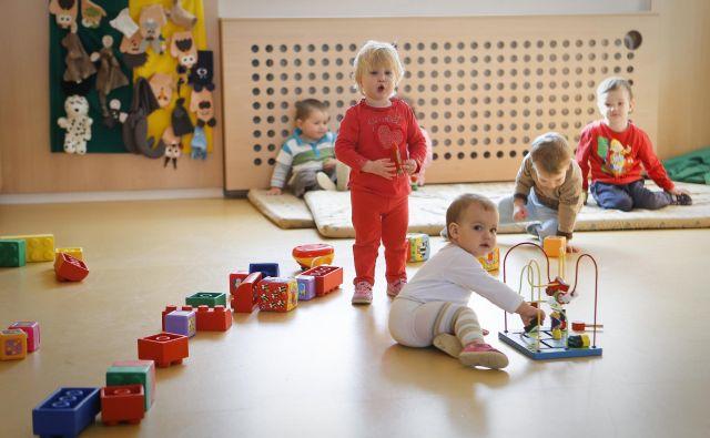 V javne vrtce v Ljubljani bo v šolskem letu 2019/2020 vključenih 13.358 otrok, a za številne starše otrok, ki so rojeni med marcem in avgustom, je velika težava iskanje varstva, ko se morajo vrniti v službo. FOTO: Jože Suhadolnik/Delo