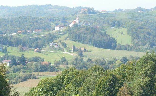 Na haloški poti, ki so jo pohodniki iz Trnovske vasi premagali v štirih mesecih, so prehodili sedem občin. Foto Franc Milošič