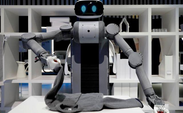 Če robot zlaga oblačila - zakaj ne bi opravljal še drugih »človeških« nalog? FoTO: Reuters
