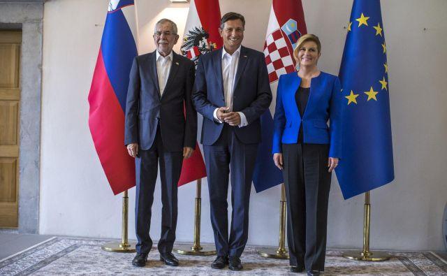 Avstrijski predsednik Alexander van der Bellen, slovenski predsednik Borut Pahor in hrvaška predsednica Kolinda Grabar Kitarović na lanskem srečanju v Goriških brdih. FOTO: Voranc Vogel/Delo