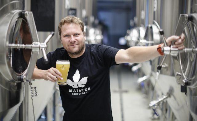 Lastnik pivovarne Maister Janez Skok je najraje tam, kjer zori okus, med fermentorji. FOTO: Uroš Hočevar