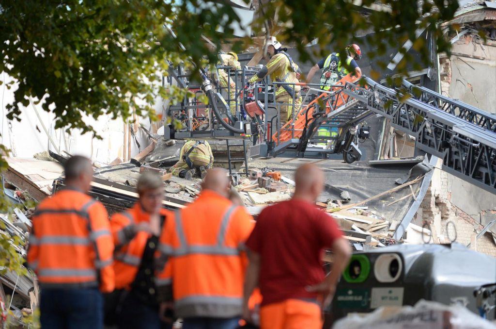 Pod ruševinami ujetih več ljudi, evakuirali bližnjo šolo