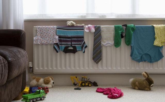 Sušenje perila na radiatorjih zelo poveča porabo toplotne energije. FOTO: Shutterstock