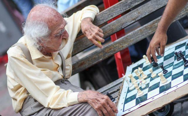 Dokler ne bomo iznašli učinovitega zdravila, lahko proti alzheimerjevi bolezni veliko naredimo sami z redno telesno in umsko dejavnostjo vse do poznih let. Foto Shutterstock
