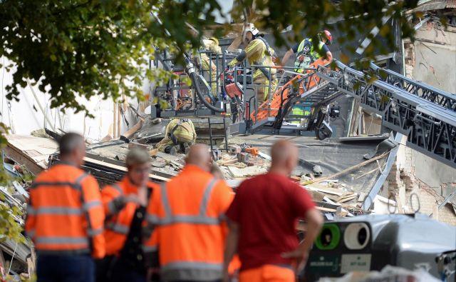 Gasilci in reševalci so včeraj popoldne in vso noč v ruševinah iskali pogrešane. FOTO: Johanna Geron/Reuters