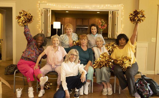 Diane Keaton vodi posebno skupino navijačic, navijaške babice, ki se prijavijo na tekmovanje navijaških skupin. Foto promocijsko gradivo