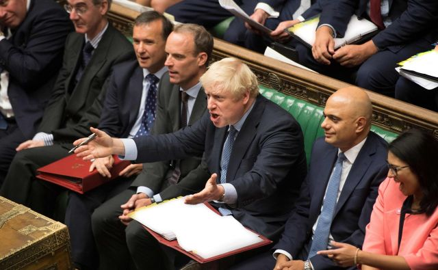 Boris Johnson med današnjim odgovarjanjem na vprašanja britanskih poslancev. Foto Afp