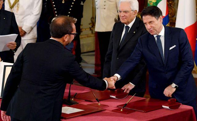 Novi italijanski minister za pravosodje Alfonso Bonafede, italijanski premier Giuseppe Conte in predsednik republike Sergio Mattarella med današnjo zaprisego na Kvirinalu. FOTO: AFP