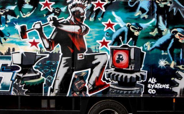 Banksyjev tovornjak iz leta 1988 je pripadal cirkusu in okusil kilometre na cestah Evrope in Južne Amerike. FOTO: Bonhams
