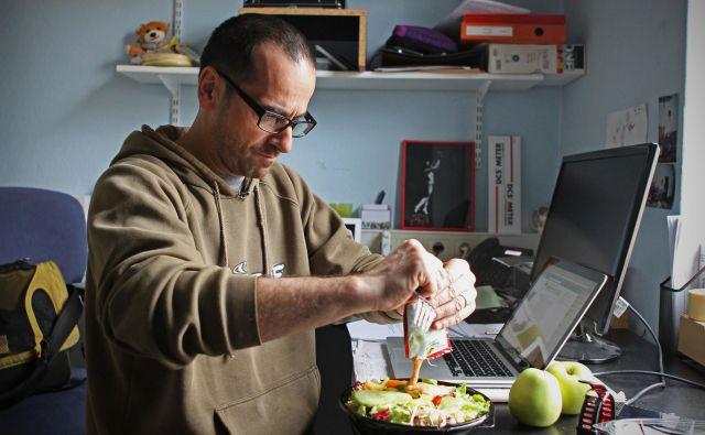 Zdrav sendvič, solata iz bližnje restavracije, trgovine ali od doma, jogurt, sadež, kruh so lahko zadosten obrok med delovnim časom. FOTO Blaž Samec/Delo