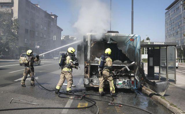 Gasilci med intervencijo. FOTO: Leon Vidic/Delo