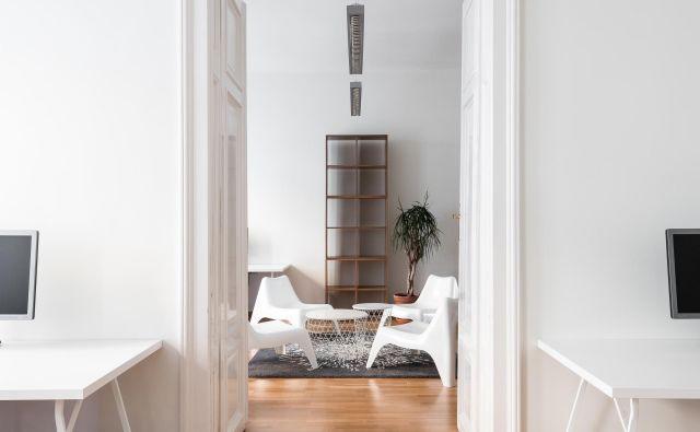 Formalnost delovnih prostorov se zmanjšuje proti notranjemu dvorišču.