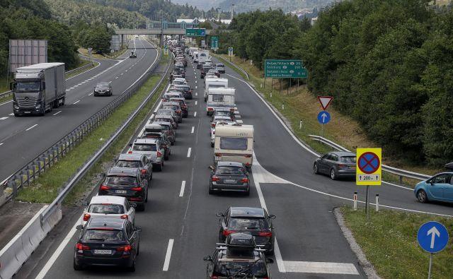 Včeraj so se na območju delovne zapore na gorenjski avtocesti zgodile tri prometne nesreče, zaradi katerih je nastal daljši zastoj. FOTO: Blaž Samec/Delo