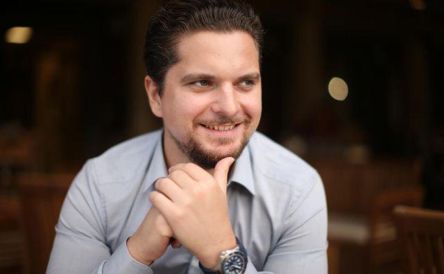 Damian Merlak, začetnik najuspešnejše slovenske zgodbe v svetu kriptovalut. 33-letni Kranjčan, ki zdaj večinoma živi na Malti, je pred kratkim postal lastnik več turističnih nepremičnin ob Bohinjskem jezeru. Zgodbo o njem boste lahko prebrali v sobotnem Delu v novi rubriki Carpe diem. FOTO: Jure Eržen/Delo