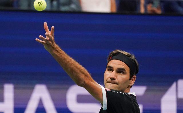 Začetni udarec Rogerja Federerja ni najhitrejši, zato pa tekmec nikoli ne ve, kam bo poslal žogico. FOTO: AFP