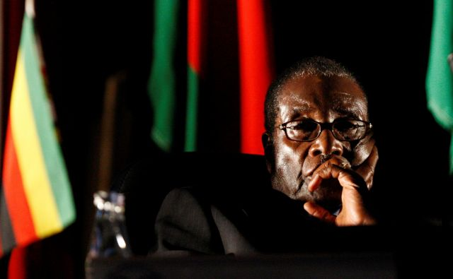 Robert Mugabe je vodil Zimbabve 37 let. FOTO: Mike Hutchings/Reuters