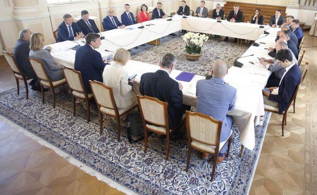 Predsedniki parlamentarnih strank in vodje poslanskih skupin so se na zadnjem srečanju dogovorili, da bo predlog sprememb volilne zakonodaje vložen s poslanskimi podpisi. FOTO: Roman Šipić/Delo