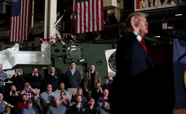 Zaposleni v podjetju Lima Army Tank Plant v Ohiu, edinem proizvajalcu tankov v ZDA, poslušajo govor Donalda Trumpa. FOTO: Reuters