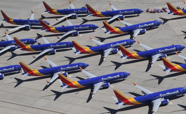 Boeingi 737 max do nadaljnjega ostajajo na tleh. FOTO: Mark Ralston/ AFP